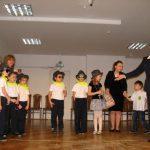 Na scenie dzieci z kanclerz i organizatorami sympozjum