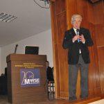 Prof. W. Błasiak stoi na scenie z mikrofonem