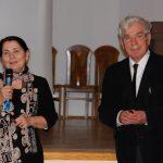 Kanclerz Zofia Kozioł z mikrofonem obok niej stoi prof. Władysław Błasiak