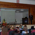 Sala wykładowa, w głębi na scenie prof. Błasiak