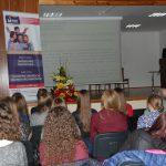 Sala wykładowa - ujęcie z tylnych rzędów sali, w głębi przy mównicy prof. Błasiak