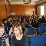 Uczniowie przed rozpoczęciem zajęć - w sali wykładowej