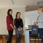 Karolina Chrabąszcz-Sarad wręcza upominki dwóm uczennicom biorącym udział w sesji coachingowej