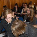 Uczniowie podczas warsztatów - praca w grupach