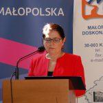 Kanclerz mgr Zofia Kozioł stoi przy mównicy