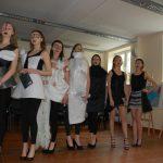 Pokaz mody - modelki stoją w szeregu ubrane w czarno-białe stroje