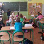 Zajęcia w klasie w głębi uczeń przy tablicy