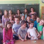 Grupa uczniów klasy drugiej, w ostatnim rzędzie pod tablicą studentki