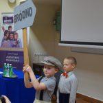 Dwaj przedszkolacy recytują wiersz