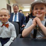 Dwaj przedszkolacy w oczekiwaniu na występ