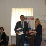 Dr Renata Smoleń wręcza certyfikat uczestnictwa
