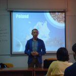 Mgr Radosław Pyrek podczas prezentacji oferty MWSE - w tle prezentacja multimedialna
