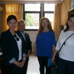 W korytarzu stoją od lewej: mgr Renata Mielak, prof. Leszek Kozioł, prof. Maria Tsirintani, dr Anna Wojtowicz
