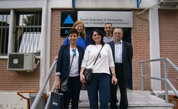 Na stopniach budynku TEI stoją mgr Renata Mielak, dr Anna Wojtowicz, prof. Leszek Kozioł, mgr Radosław Pyrek i prof. Maria Tsirintani