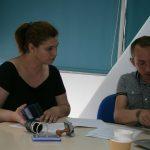 Spotkanie pracowników. przy stole siedzą pracownik działu współpracy zagranicznej uczelni greckiej i mgr Radosław Pyrek