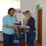 Profesor z Turcji odbiera pamiatkowy certyfikat od Dziekan MWSE