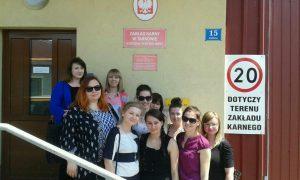 Grupa studentek przed wejściem do Zakładu Karnego w Tarnowie