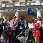 Wspólne zdjęcie grupowe na schodach budynku przy ul. Waryńskiego 14
