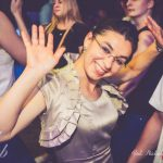 Studentka z Turcji tańczy, ręka uniesiona w geście pozdrowienia