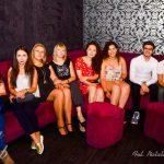 Studenci z programu Erasmus siedzą na kanapie
