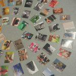 Zdjęcia ułożone na stole koliście