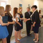 dr S. Kurzawa gratuluje studentkom po egzaminie