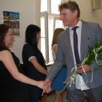dr M. Cholewiński gratuluje studentkom po egzaminie