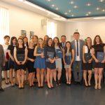 Zdjęcie grupowe studentów i komisji egzaminacyjnej