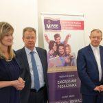 Od lewej stoją: Dziekan dr Renata Smoleń, prof. MWSe dr hab. Janusz Morbitzer, ks. prof. MWSE dr hab. Jacek Siewiora