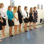 Studentki stoją w rzędzie podczas ogłaszania wyników egzaminów