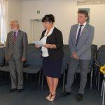 Komisja egzaminacyjna w składzie od lewej prof. J. Paśko, dr S. Kurzawa, dr M. Cholewiński. Wszyscy stoją, dr Kurzawa odczytuje wyniki