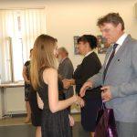 dr M. Cholewiński i dr S. Kurzawa gratulują studentkom po ogłoszeniu wyników