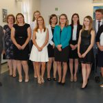 Zdjęcie grupowe studentów i komisji egzaminacyjnej. Na zdjęciu poerwsza z lewej dr S. Kurzawa, obok dr M. Cholewiński, pierwszy z prawej prof. J. Paśko