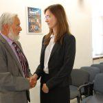 prof. J. Paśko gratuluje studentce