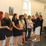 Promotor, dr Renata Smoleń gratuluje studentom po egzaminie dyplomowym