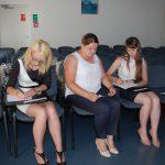 Trzy studentki siedzą na auli, przygotowując się do odpowiedzi na pytania