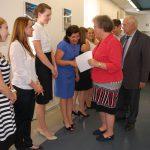 Dr M. Dąbrowa, prof. M. Woźniak gratulują studentom