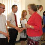 Dr M. Dąbrowa gratuluje studentom