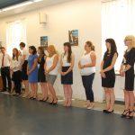 Studenci stoją na auli podczas ogłoszenia wyników