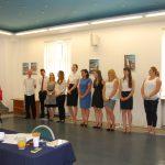 Studenci i komisja egzaminacyjna podczas ogłaszania wyników
