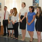 Studenci stoją na auli podczas ogłaszania wyników