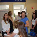 Studenci przed aulą w oczekiwaniu na egzamin