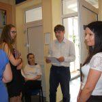 Dr W. Kozioł przed drzwiami auli obok studentki oczekujące na egzamin
