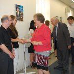 Członkowie komisji dr M. Dąbrowa, prof. M. Woźniak i dr W. Kozioł gratulują studentom