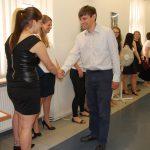 Dr W. Kozioł gratuluje studentom