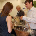 Dr Wojciech Kozioł odbiera podziękowania i kosz upominkowy od studentki