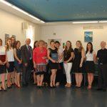 Zdjęcie grupowe studentów z członkami komisji - dr Marią Dąbrową, prof. M. Woźniakiem