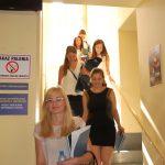 Studentki schodzą po schodach