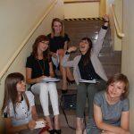 Studentki siedzą na schodach w oczekiwaniu na egzamin
