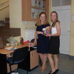 Dwie studentki stoją w korytarzu przed aulą